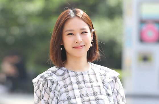 Actor Jo Yoon-hee is the primary carer for her four-year-old daughter after divorcing her husband. [ILGAN SPORTS]