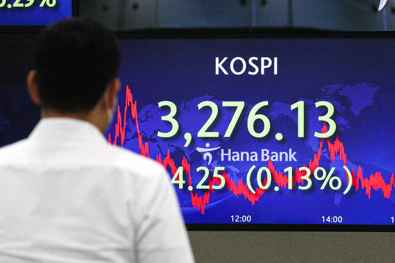 A screen in Hana Bank's trading room in central Seoul shows the Kospi closing at 3,276.13 points on Thursday, down 4.25 points, or 0.13 percent, from the previous trading day. [NEWS1]