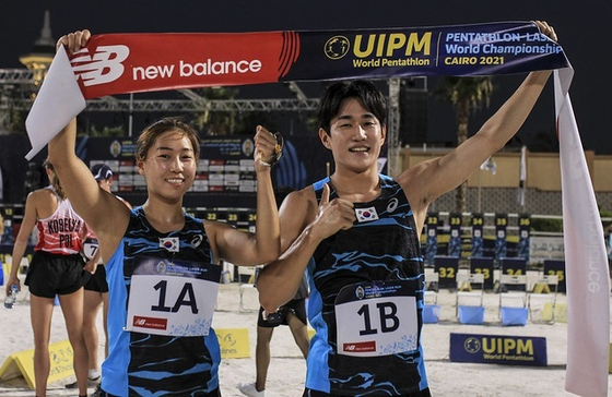 Kim Se-hee, left and Seo Chang-wan took home gold in the pentathlon mixed team relay on the final day of the International Modern Pentathlon Union World Pentathlon and Laser Run Championships in Cairo on Monday. The duo topped the leaderboard with 1,432 points. [NEWS1]