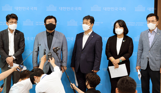 A group of 74 liberal lawmakers issued a joint statement Thursday calling for South Korea and the United States to postpone an annual summertime military exercise scheduled for later this month, announced in a press briefing by Democratic Party Rep. Sul Hoon, second from left, and other lawmakers at the National Assembly in western Seoul. [NEWS1]