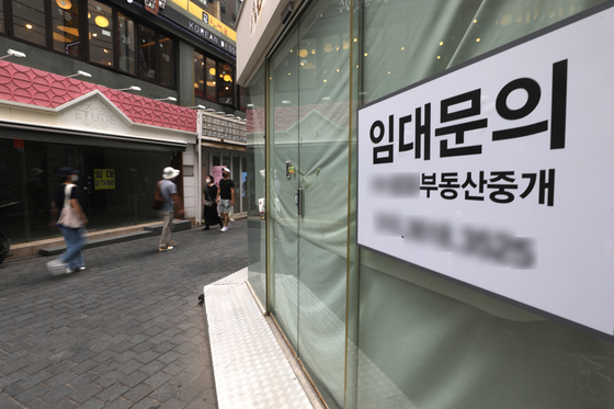 A shop in Myeong-dong in central Seoul is shut down on Wednesday. Korea's working population of self-employed and small business owners shrunk to a 39-year-low in June. [NEWS1]