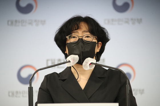 Yun Sun-jin, co-chair of the Presidential Committee on Carbon Neutrality, announces three proposals to achieve net zero carbon emissons by 2050 at the government complex in Seoul on Thursday. [YONHAP]