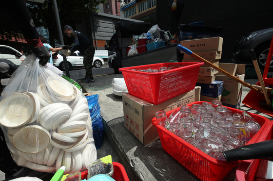 Staff pack up kitchenware at a restaurant in Seoul Wednesday after it was forced to shut due to the coronavirus pandemic. The food service industry is experiencing real pain with tough social distancing measures and an increase in produce prices and labor costs. [YONHAP]