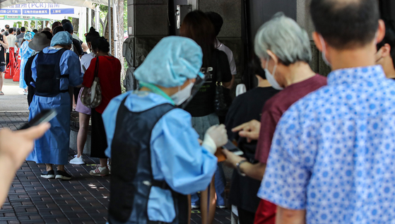 People wait for the Covid-19 test at the Gangdong District Public Health Office in eastern Seoul on Friday. [YONHAP]