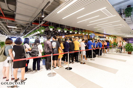 Vietnamese customers wait in line to enter a Dookki Topokki restaurant in its Nha Trang Gold Coast branch in Nha Trang, Vietnam. [DOOKKI TOPOKKI]