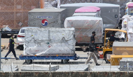 Workers move 1.33 million doses of Moderna's Covid-19 vaccine at Incheon International Airport on Saturday afternoon. [YONHAP]