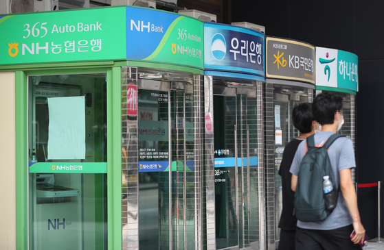 Household lending from five major banks in Korea increased by 6.2 trillion won in July. [YONHAP]