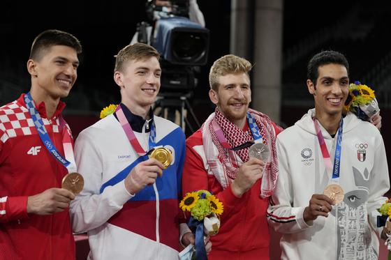 2020년 태권도 남자 80kg급 시상식이 끝난 후 크로아티아의 토니 카니트(왼쪽), 러시아 올림픽 위원회의 막심 크람초프(왼쪽에서 두 번째), 요르단의 율리아나 알-사디크(오른쪽에서 두 번째), 이집트의 사이프 이사가 메달을 들고 포즈를 취하고 있다. 7월 26일 하계 올림픽. [REUTERS/YONHAP]