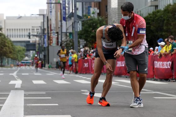 1일 오전 일본 삿포로에서 열린 남자 마라톤 결승선을 넘은 심종섭을 스태프가 도왔다. [JOINT PRESS CORPS]