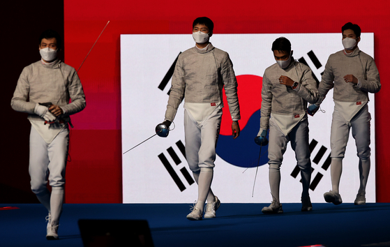 From left, Gu Bon-gil, Oh Sang-uk, Kim Jung-hwan and Kim Jun-ho enter the Makuhari Messe Hall in Tokyo on Wednesday for the gold medal match against Italy. [JOINT PRESS CORPS]