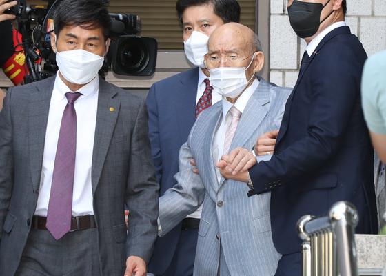 Former President Chun Doo Hwan, center, leaves the Gwangju District Court on Monday after attending an appeals trial in Gwangju. [YONHAP]