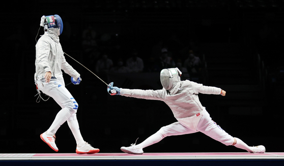 Kim Jung-hwan, right, attacks Luca Curatoli of Italy in the men's team sabre gold medal match on Wednesday at the Makuhari Messe Hall in Tokyo. [YONHAP]