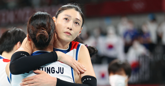 Captain Kim Yeon-koung hugs Pyo Seung-ju after the Korean women's volleyball team was defeated by Serbia in the bronze medal match at Ariake Arena in Tokyo on Sunday. Korean viewers expressed warm support for the volleyball team, which entered the tournament as an underdog and fought its way up to the semifinal. [YONHAP]