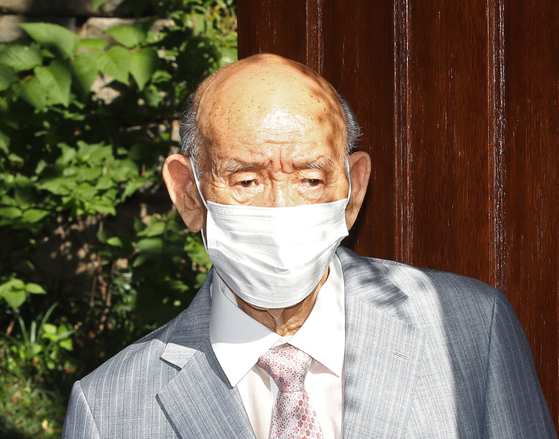 Former President Chun Doo Hwan leaves his home in Seoul on Monday to attend an appeals trial in Gwangju. [YONHAP]