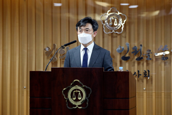 Lee Hyun-joo, head of the special investigative team which examined renewed suspicions surrounding the Sewol ferry sinking, announces the results of the team's three-month-long probe. [NEWS1]