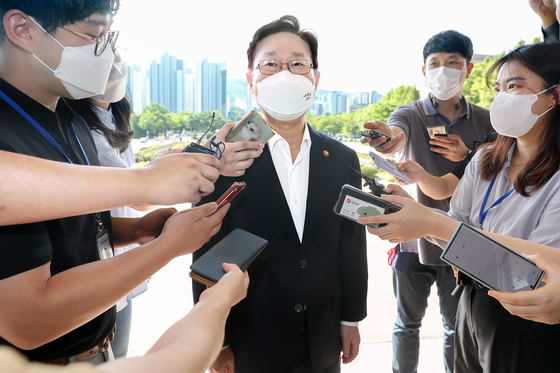 Justice Minister Park Beom-kye talks to reporters as he enters the ministry building on Monday. The ministry held a parole board meeting in the afternoon to decide whether a group of prisoners, including Samsung leader Lee Jae-yong, should be released on parole.  [YONHAP]