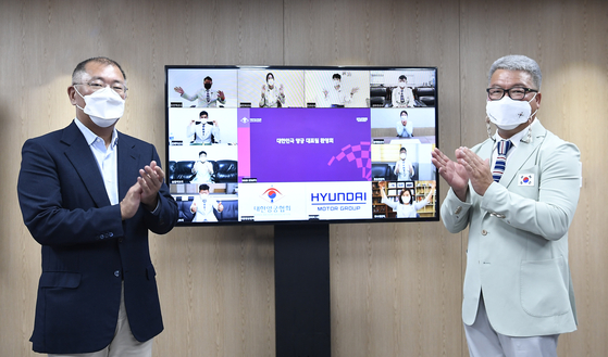 Euisun Chung, Hyundai Motor Group chairman and president of the Korea Archery Association, left, and Park Chae-soon, head coach of the national archery team, attend an online welcoming ceremony for Korean Olympic archers on Tuesday. [KOREA ARCHERY ASSOCIATION]