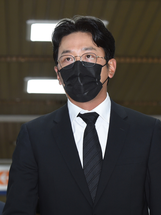 Actor Ha Jung-woo enters the Seoul Central District Court in Seocho District, southern Seoul on Tuesday morning. [NEWS1]