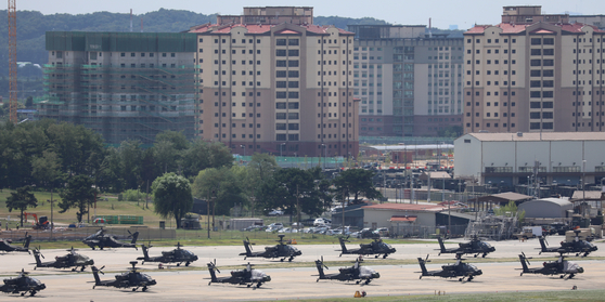 Military helicopters are on standby at Camp Humphreys in Pyeongtaek, Gyeonggi, Monday, ahead of the four-day crisis management staff training between Seoul and Washington set to kick off Tuesday. The preliminary training comes as a prelude to their main joint military exercise expected to take place next week as scheduled, albeit in a scaled-down manner. [NEWS1]