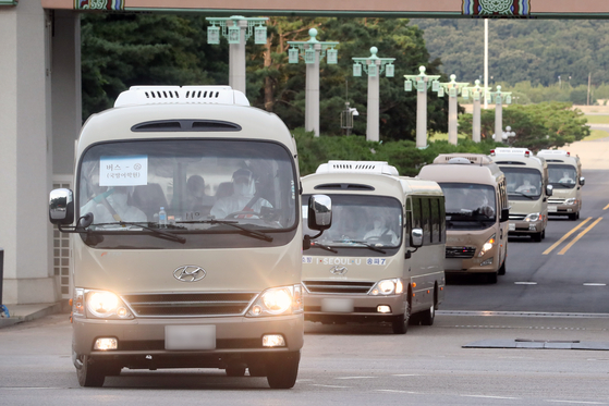 Buses carrying members of the Cheonghae unit leave an air base in Seongnam, Gyeonggi, on July 20. A total of 272 out of the 301-member unit on an anti-piracy mission off East Africa have tested positive for Covid-19. [NEWS1]