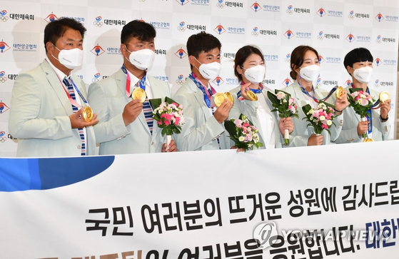 Korea's national archery team after returning from Tokyo to Incheon on Aug. 1. [YONHAP]