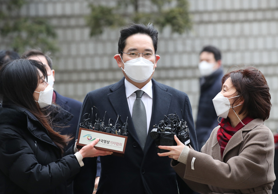 Lee Jae-yong is interviewed by reporters ahead of the verdict being read at the Seoul High Court in Seocho-dong, southern Seoul, on Jan. 18. [WOO SANG-JO]