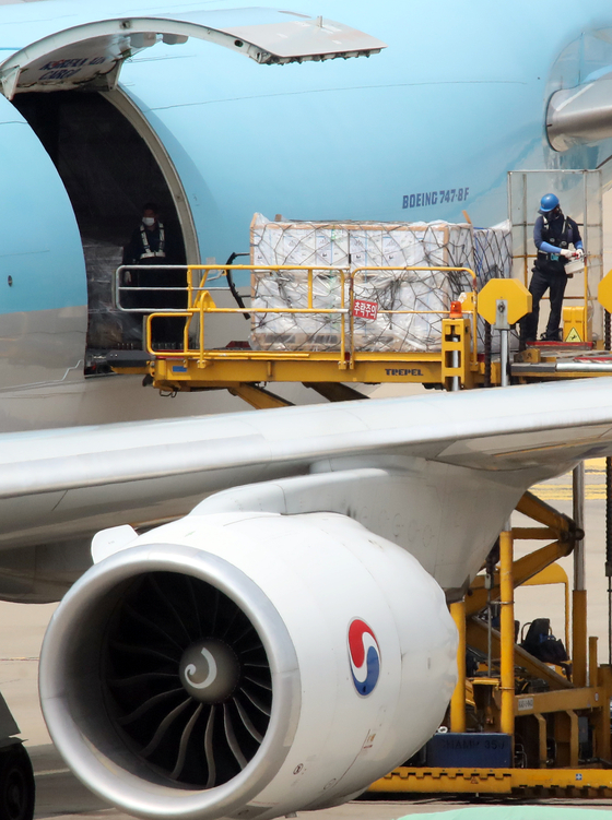 Boxes of Pfizer vaccines are unloaded from an aircraft at Incheon International Airport on Wednesday. A total of 1.6 million doses were delivered to Korea on the flight. [YONHAP]