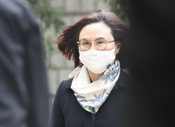 In this file photo, Chung Kyung-sim, wife of former Justice Minister Cho Kuk, enters the Seoul Central District Court to attend her sentencing on Dec. 23, 2020. [WOO SANG-JO]