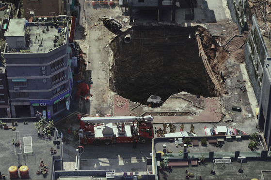 """In the film """"Sinkhole,"""" a villa situated in Mapo district suddenly plunges into a sinkhole. [SHOWBOX]"""