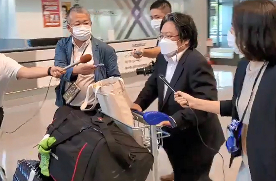 Hirohisa Soma, second from right, deputy chief of mission at the Japanese Embassy in Seoul, arrives in Narita Airport in Japan on Wednesday. Soma returned home Wednesday, about a month after he came under fire for his remarks disparaging Korean President Moon Jae-in's efforts to improve relations with Tokyo. [YONHAP]