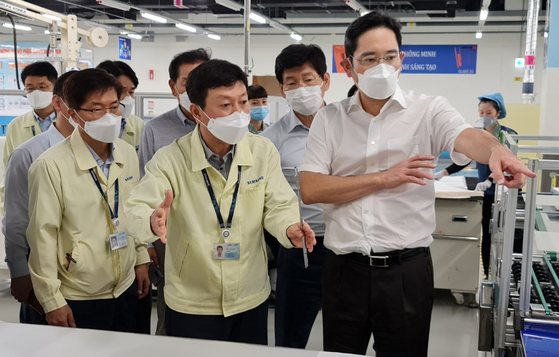 In this file photo, Samsung Electronics Vice Chairman Lee Jae-yong, right, visits Samsung's smartphone factory in Vietnam on Oct. 22, 2020. [YONHAP]