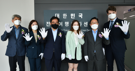 Justice Minister Park Beom-kye, second from right, poses for a photo to mark the signboard-hanging ceremony for the Korea Electronic Travel Authorization Center at Gimpo International Airport on Wednesday. [YONHAP]