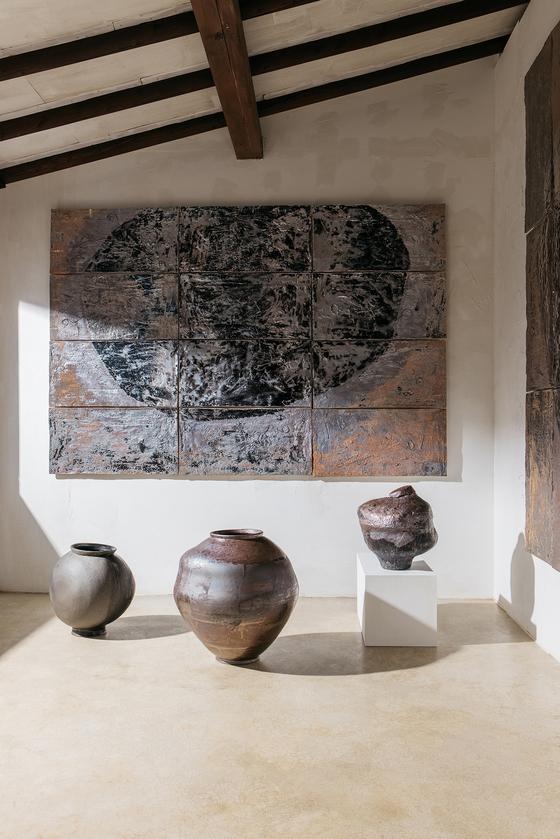 Kim Sea-young's ″Plant Metaphor″ and ″Plant Traditional″ black porcelain series [KOREA CRAFT & DESIGN FOUNDATION]