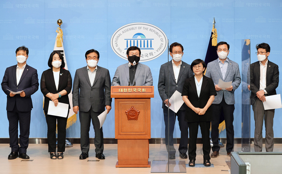 A group of 74 liberal lawmakers issued a joint statement on Aug. 5 calling for South Korea and the United States to postpone an annual summertime military exercise, announced in a press briefing by Democratic Party Rep. Sul Hoon, center. [LIM HYUN-DONG]
