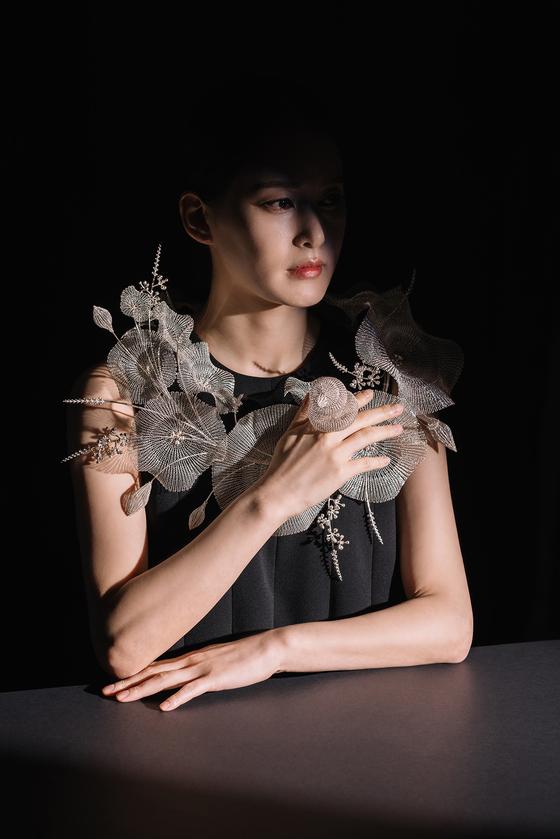 Joo So-won's ″Blooming″ necklace symbolizes the brilliance yet fragility of nature. [KOREA CRAFT & DESIGN FOUNDATION]