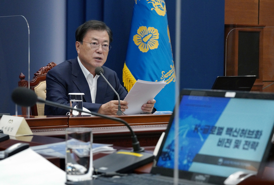 In a Blue House meeting Thursday, President Moon Jae-in declares that Korea will be among top five global vaccine producers by 2025. [BLUE HOUSE]