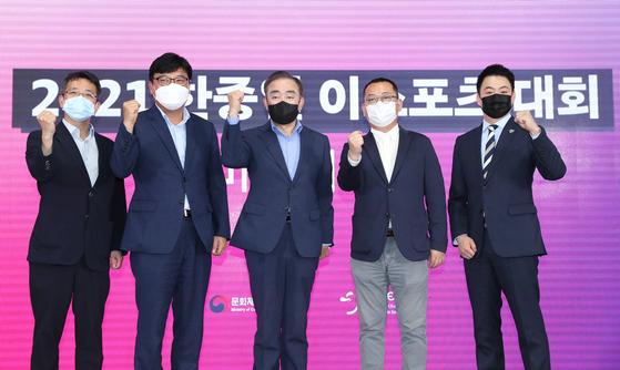Representatives from the ECEA 2021 organizing committee pose for the cameras alongside Team Korea head coach Lee Ji-hun, far right. [KeSPA]