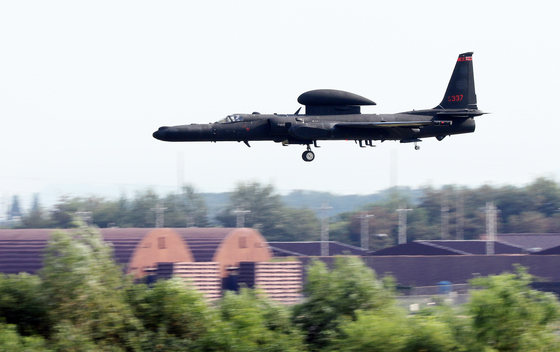 A Lockheed Martin U-2S high-altitude reconnaissance aircraft flies over Osan Air Base in Pyeongtaek, Gyeonggi, Tuesday after Seoul and Washington kicked off their four-day crisis management staff training as a prelude to their summertime military exercise next week. [NEWS1]