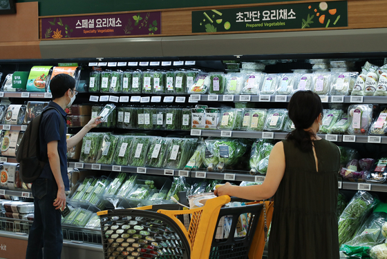People shop for groceries at a discount mart in Seoul. [YONHAP]
