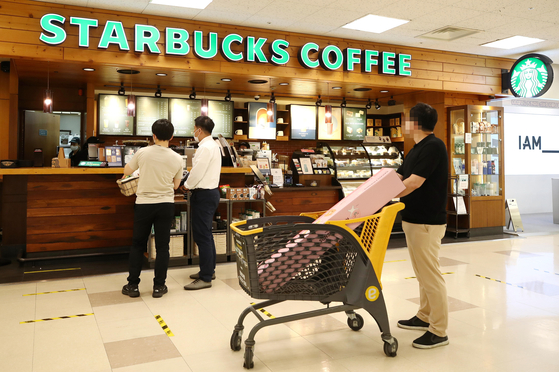 A Starbucks store in Seoul in July. The 250,000 won grant to almost all Korean will not be allowed to be used at the global coffee shop. [YONHAP]
