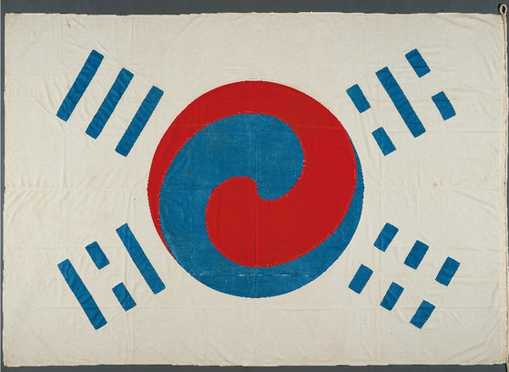 The Denny Taegeukgi, the oldest and largest remaining prototype of Korea's national flag, is presumed to have been created in 1890. It was presented the following year by Joseon King Gojong (1863-1907) to Owen Denny, an American consul. [CULTURAL HERITAGE ADMINISTRATION]