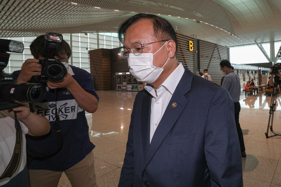 Second Vice Health Minister Kang Do-tae leaves for the United States from Incheon International Airport on Friday to visit Moderna and complain about its delayed supply.  [NEWS1]