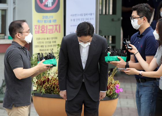 Samsung Electronics Vice Chairman Lee Jae-yong bows his head in apology as he speaks to reporters outside the Seoul Detention Center in Uiwang, Gyeonggi, at 10 a.m. Friday. [YONHAP]