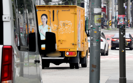 An SSG.com delivery truck seen on a street in Seoul on Aug. 14, 2020. [NEWS1]