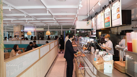 Office workers at a salad restaurant in Gangnam District, southern Seoul. [JOONGANG PHOTO]