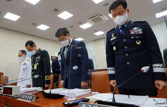 In this file photo at a National Assembly hearing on June 9, 2021, military leaders pray a silent prayer for an Air Force officer who committed suicide after reporting sexual harassment by her colleague. Defense Minister Suh Wook is second from right. [YONHAP]