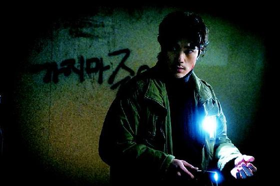 "A scene from ""Guimoon: The Lightless Door"" with actor Kim Kang-woo. [ILGAN SPORTS]"