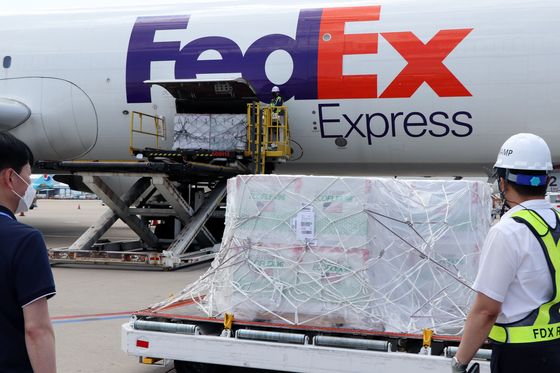 The newly arrived 400,000 doses of Johnson & Johnson's Janssen Covid-19 vaccine are being unloaded from an airplane at Incheon International Airport on Sunday afternoon. [KOREA DISEASE CONTROL AND PREVENTION AGENCY]