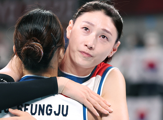 Kim Yeon-koung hugs Pyo Seung-ju after the Korean volleyball team was defeated by Serbia in the bronze medal match at Ariake Arena in Tokyo on Sunday. [YONHAP]