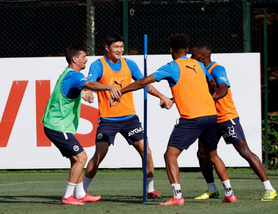 Kim Min-jae, second from left, trains with Fenerbahce for the first time on Saturday. [YONHAP]